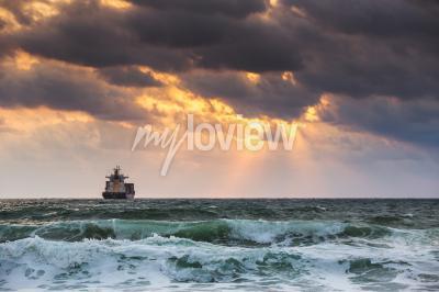 Fototapete Sonnenaufgang am Meer mit Segelfrachtschiff