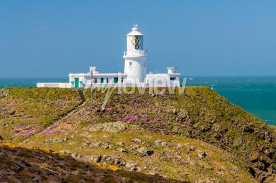 Fototapete Strumble Head und der Leuchtturm von 1908 an der Küste von Pembrokeshire