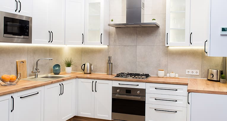 Eine Küche ohne Fenster. Arrangements, die Sie überraschen werden!