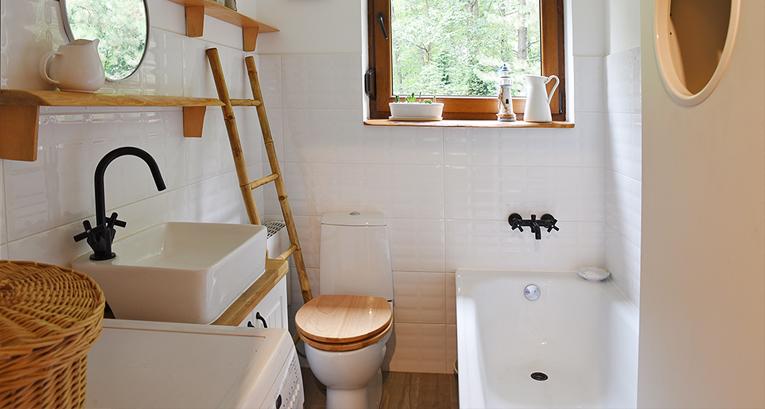 Ein langes, schmales Badezimmer. Wie kann man es bequem und praktisch einrichten?
