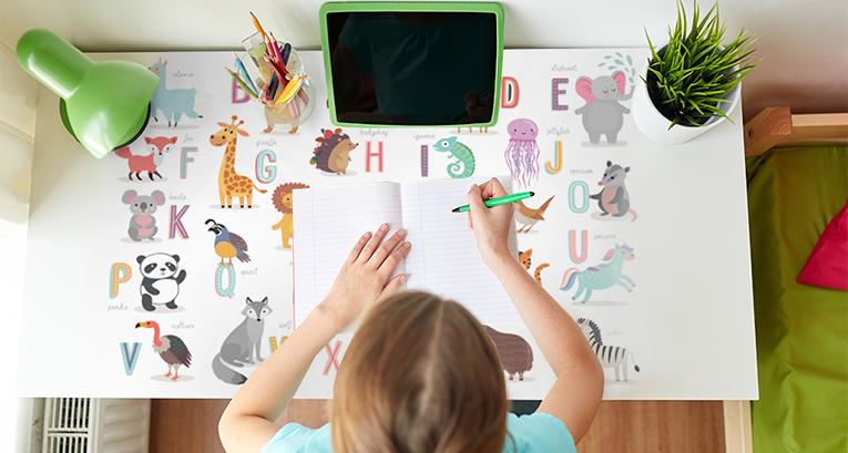 Ein perfektes Lernzimmer für ein Kind und einen Teenager? Wir beraten, wie Sie es einrichten können!