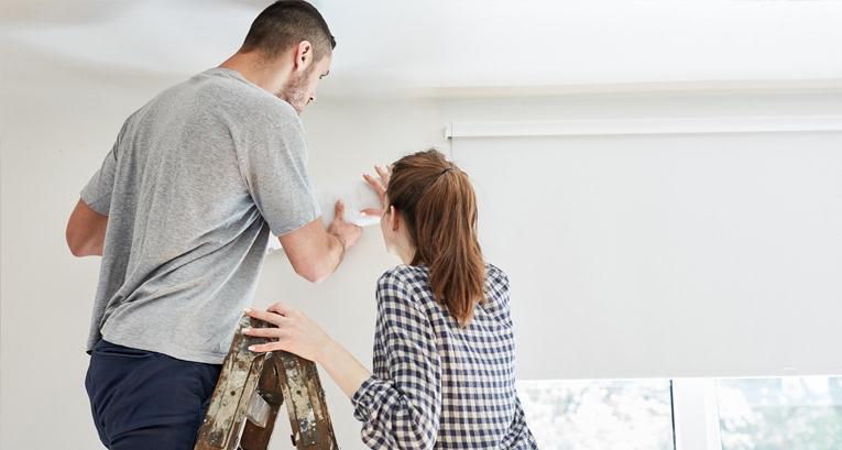 Wie klebt man eine Tapete nach, die sich von der Wand löst? Anleitung & Tipps