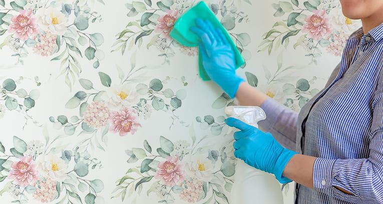 Wie lassen sich Klebereste von der Tapete abwaschen? Wir kennen die effektivsten Methoden!