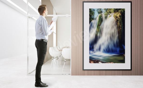 Wasserfallposter mitten in der Natur