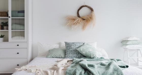 Weißes Schlafzimmer – Accessoires, die diesem Interieur wärmer wirken lassen