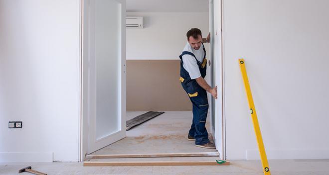 Wie montiert man einen Türrahmen? Ohne Profi ist es möglich!